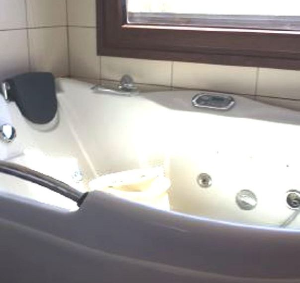 Capture bathroo with jaccuzi