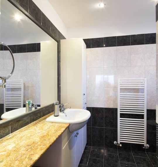 sr7182 2En suite bathroom